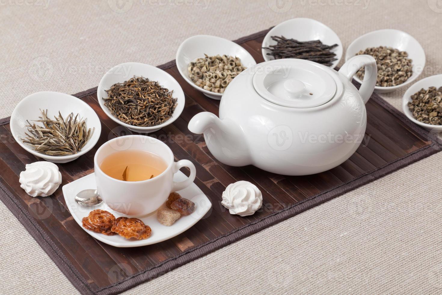 olika typer av te med kopp och tekanna foto