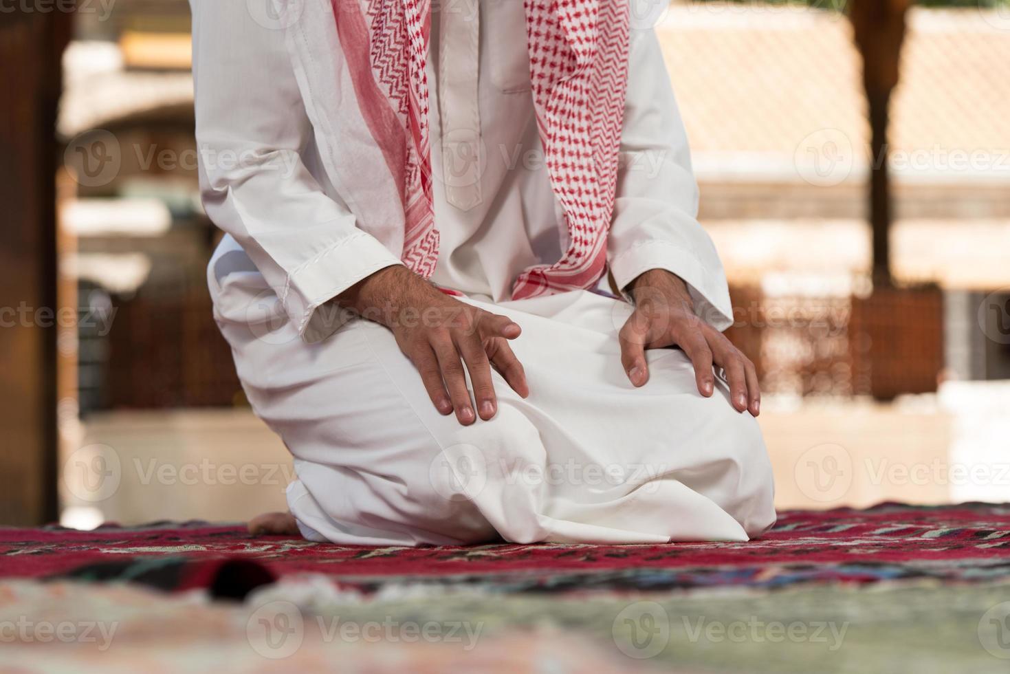 närbild av manliga händer som ber i moskén foto