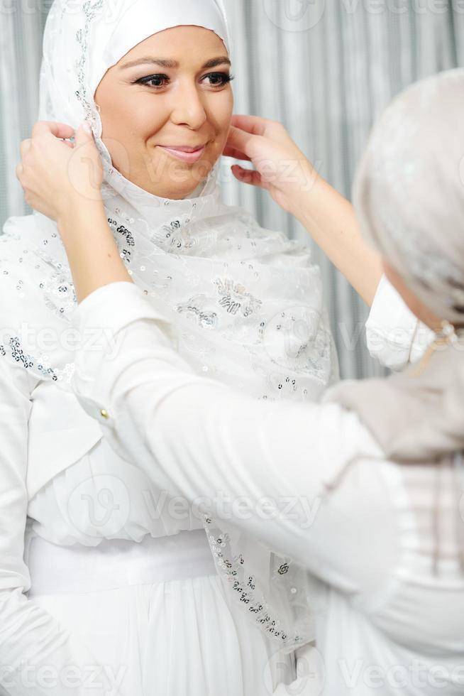 vacker ung orientalisk brud förbereder sig för bröllop foto