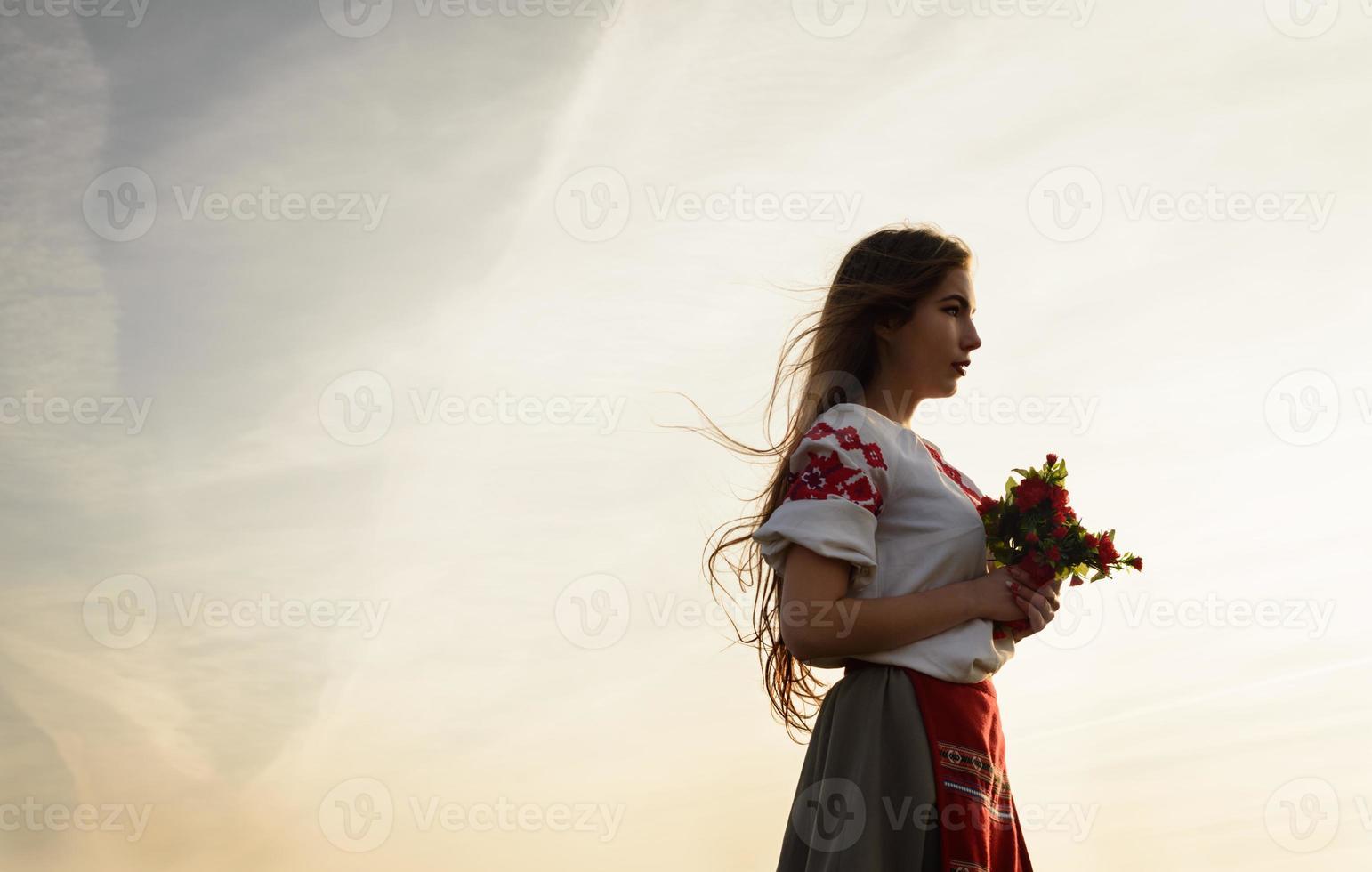 ung kvinna i slavisk nationell originaldräkt utomhus foto