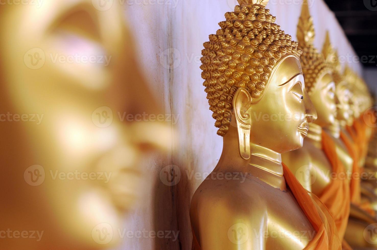 grupp av guld- buddastaty, wat phutthaisawan, Thailand foto