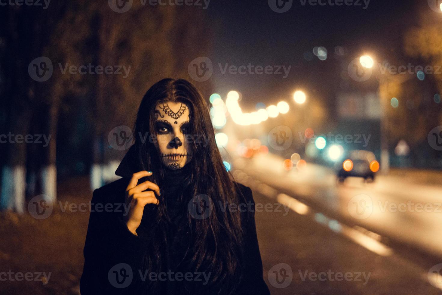 vacker kvinna med halloween-sockerskalle-smink på gatan foto