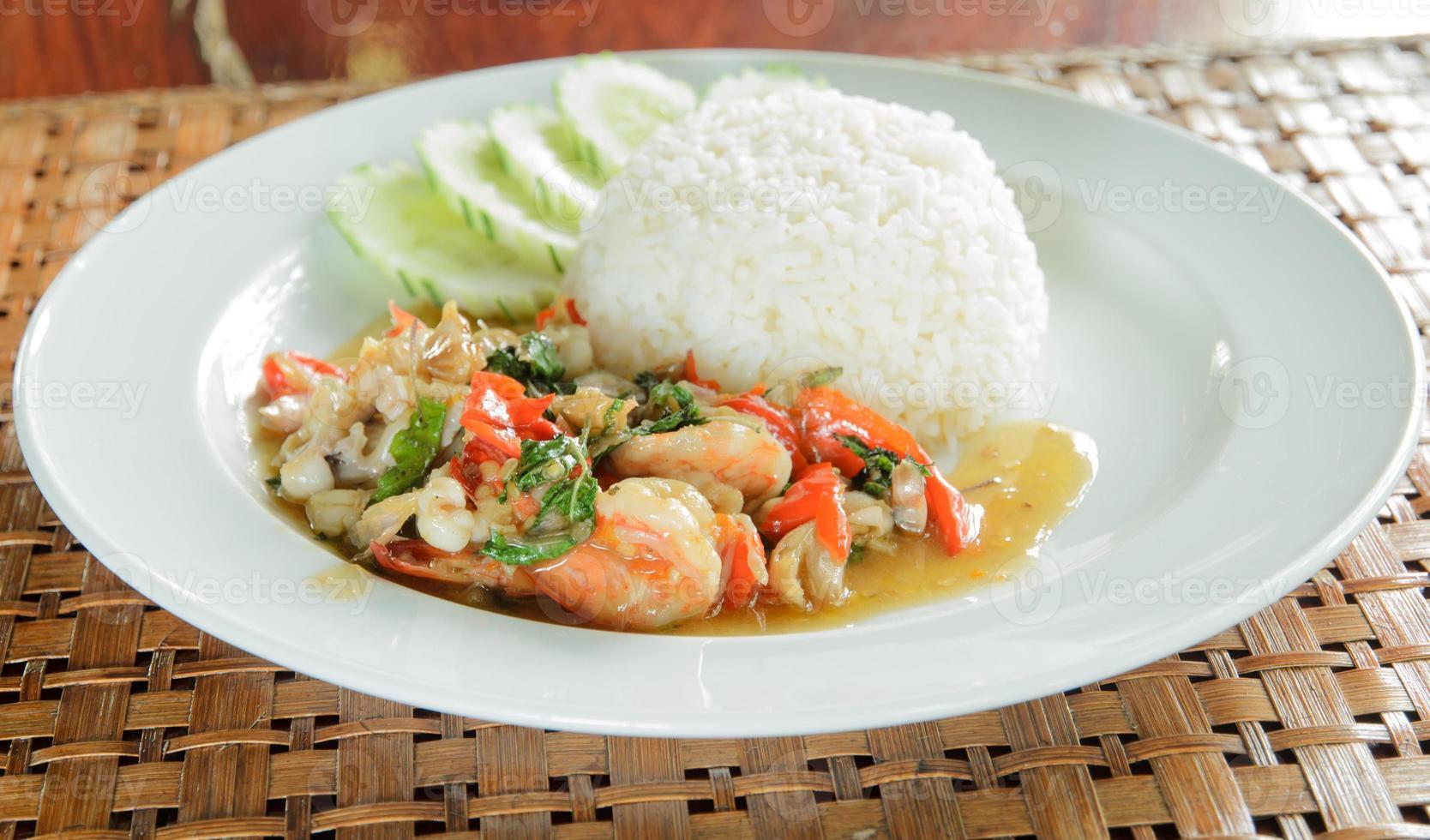 kryddig skaldjur som är stekt med ris foto