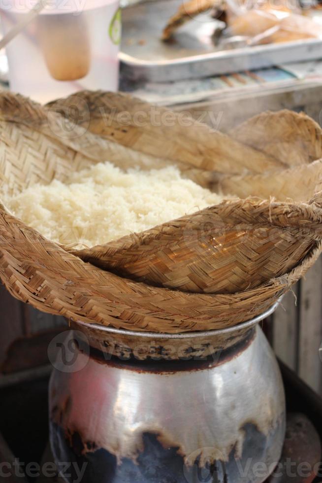 gör ångade klibbiga ris i kruka foto
