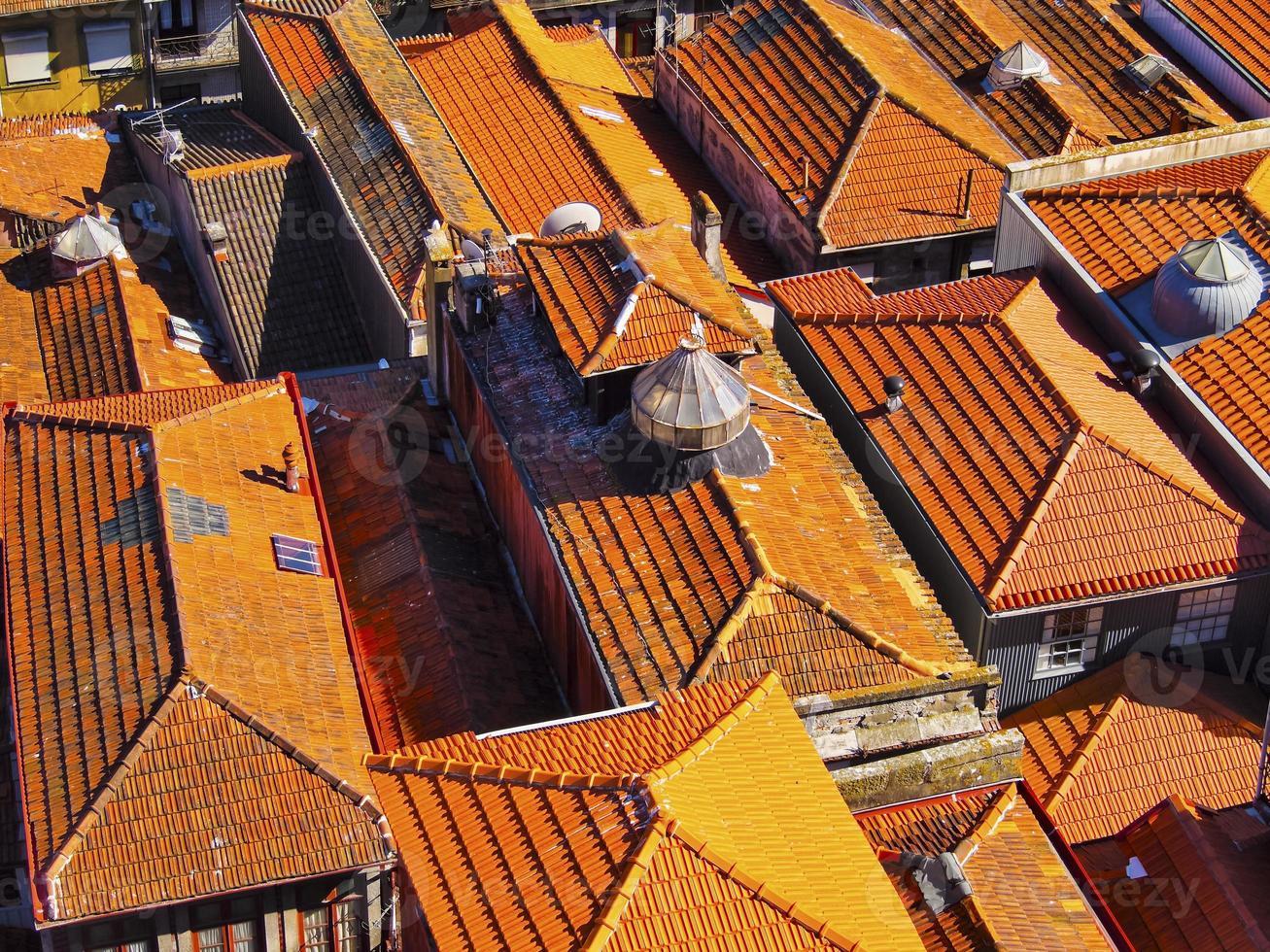 röda tak av porto foto