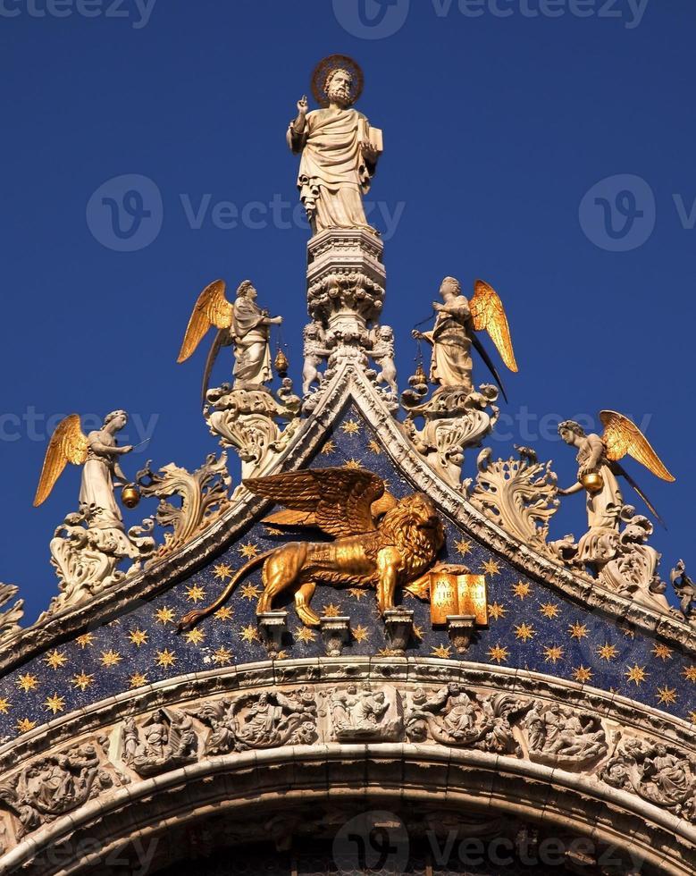 saint mark basilika markerar många änglar staty venice italy foto