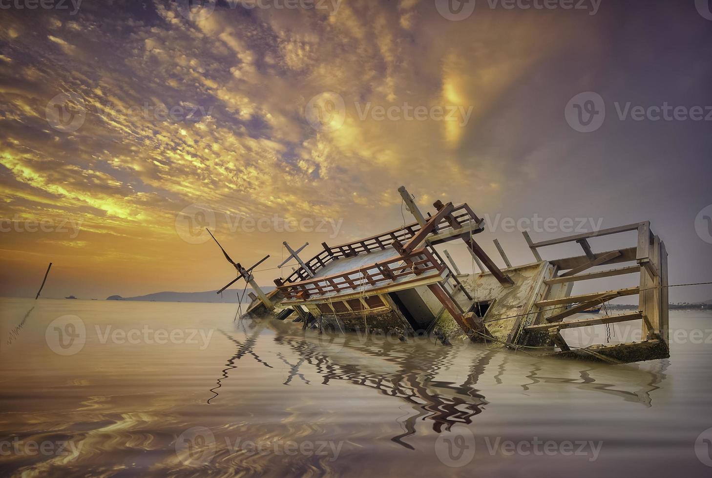 fiskebåt med marinblå morgon. foto