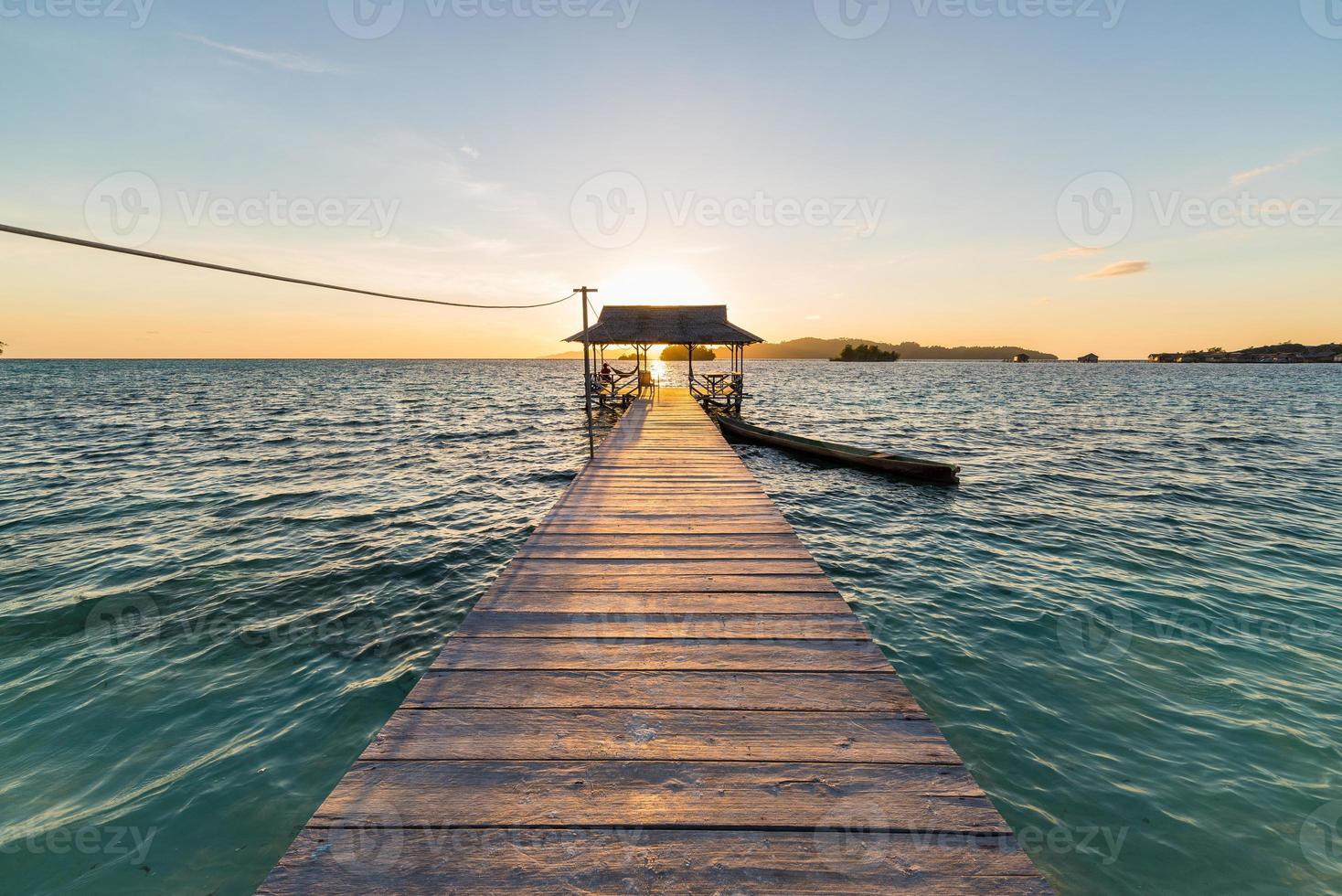 brygga med turist vid soluppgången foto