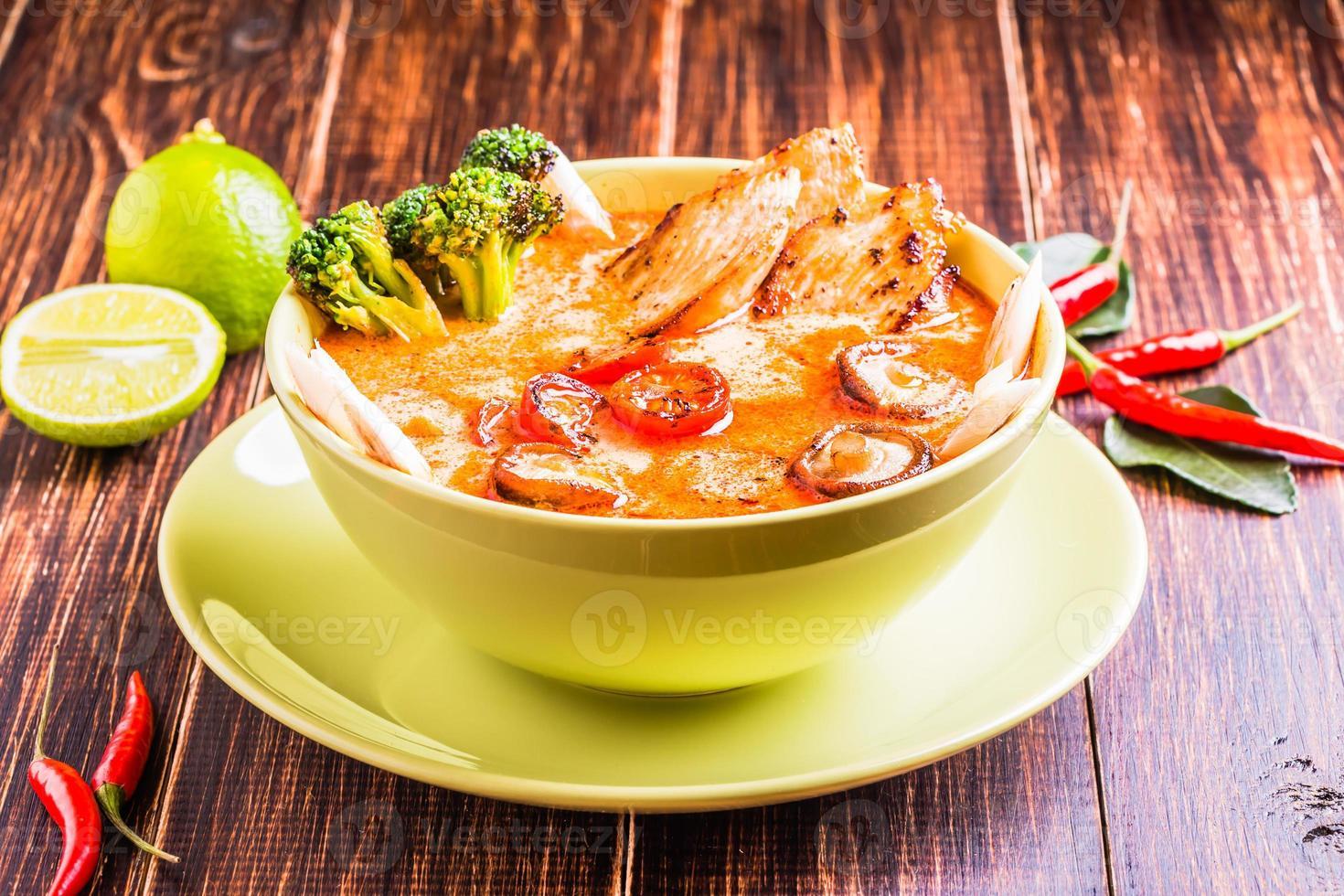 thailändsk tom kha soppa med kyckling foto