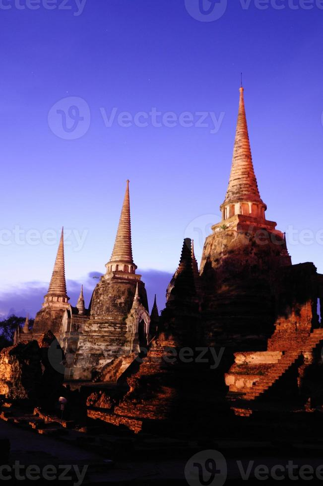ayutthaya pagod i Thailand skymning foto