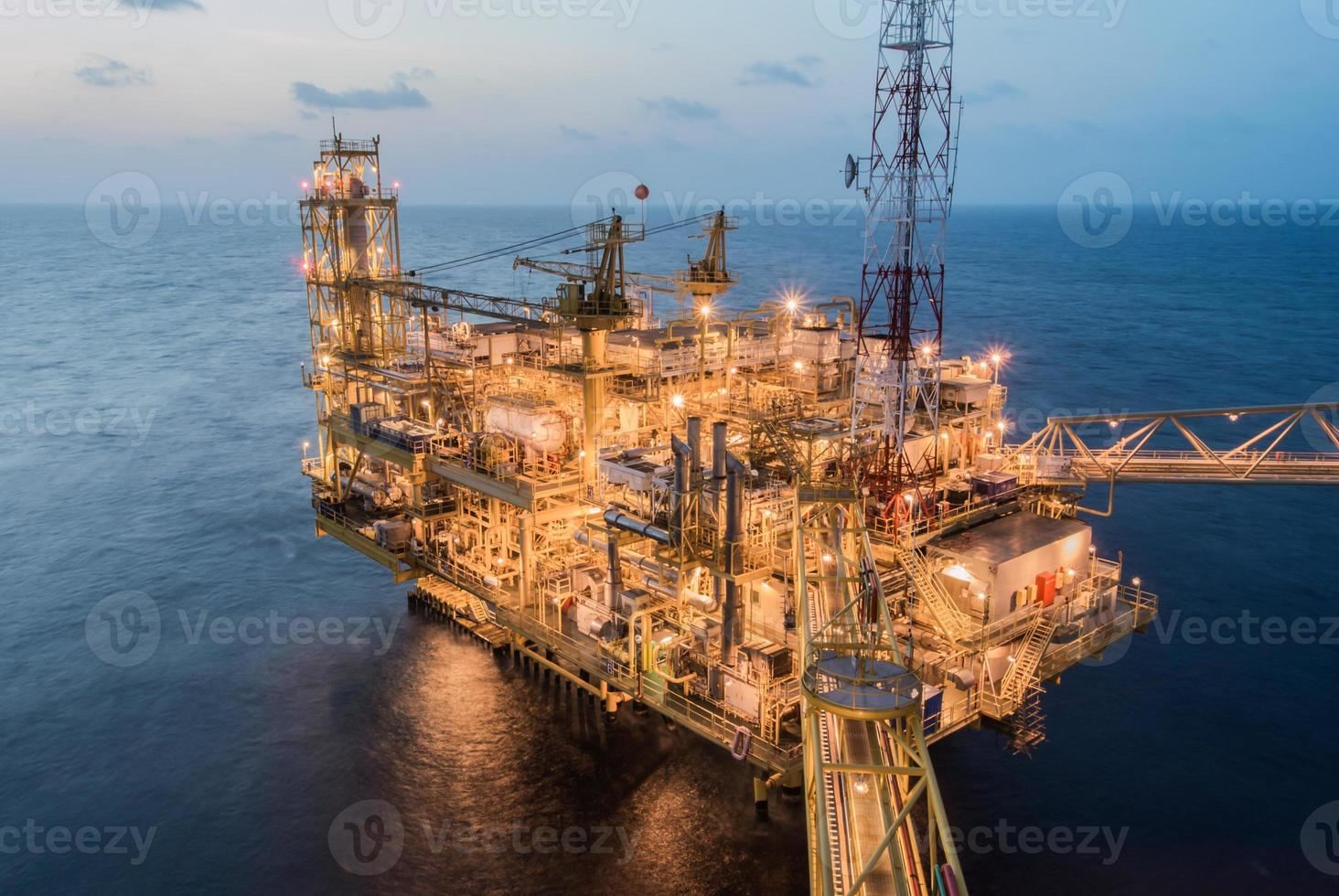 oljeproduktionsplattform på havet foto