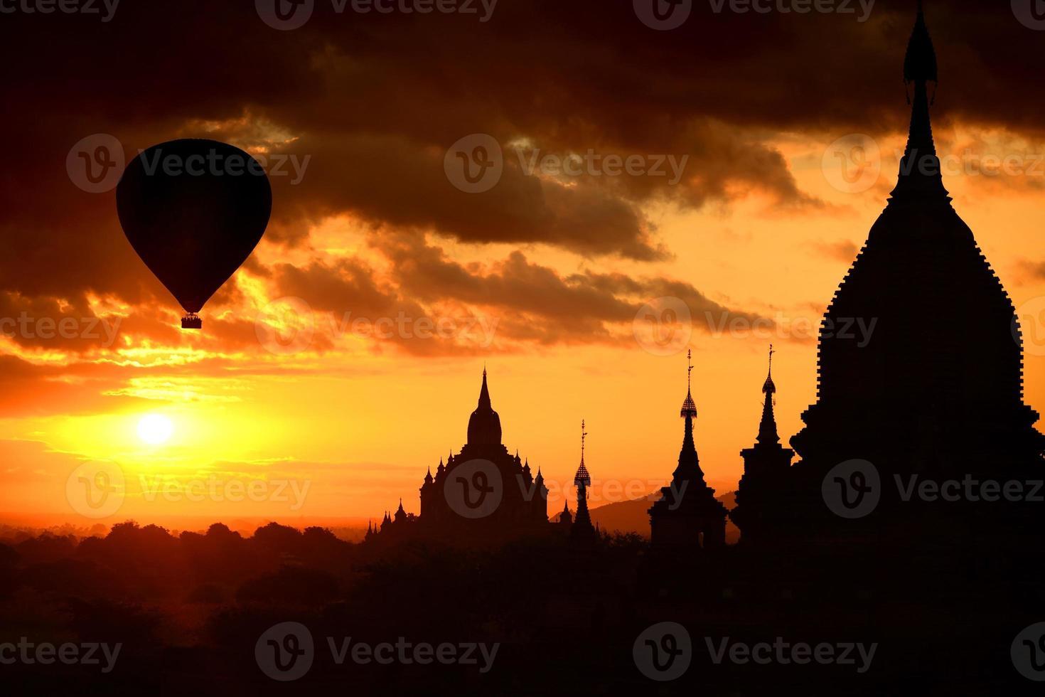 siluettpagod på soluppgång och ballong på bagan, myanmar foto