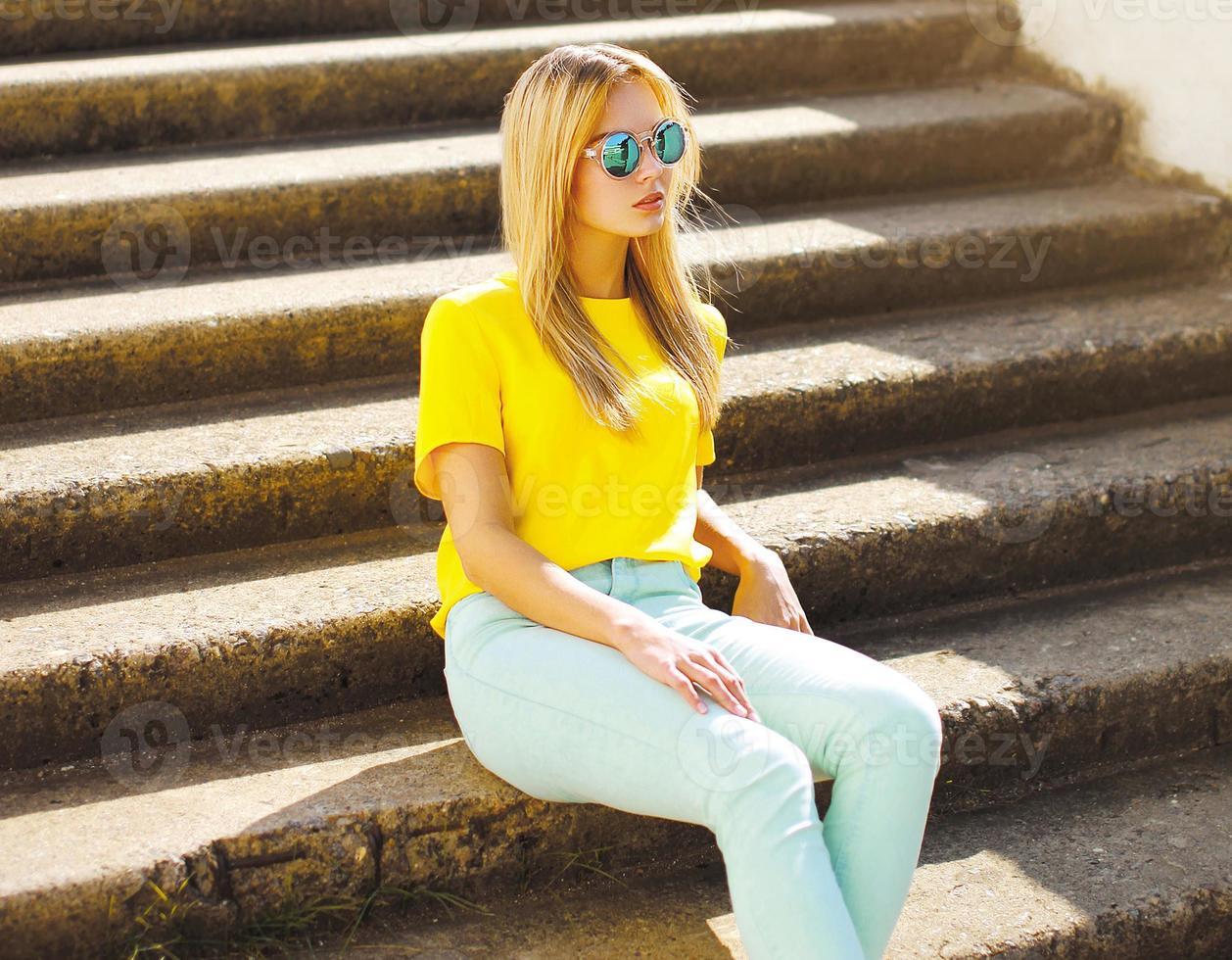 sommar-, mode- och folkbegrepp - snygg vacker kvinna foto