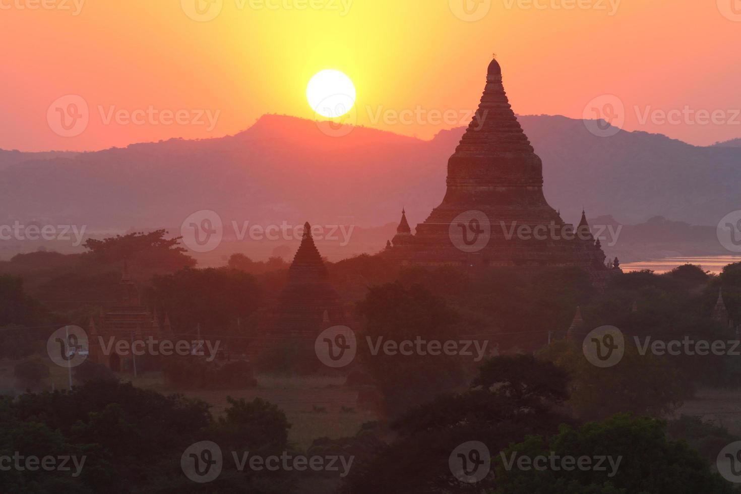 solnedgångar bakom pagoden foto