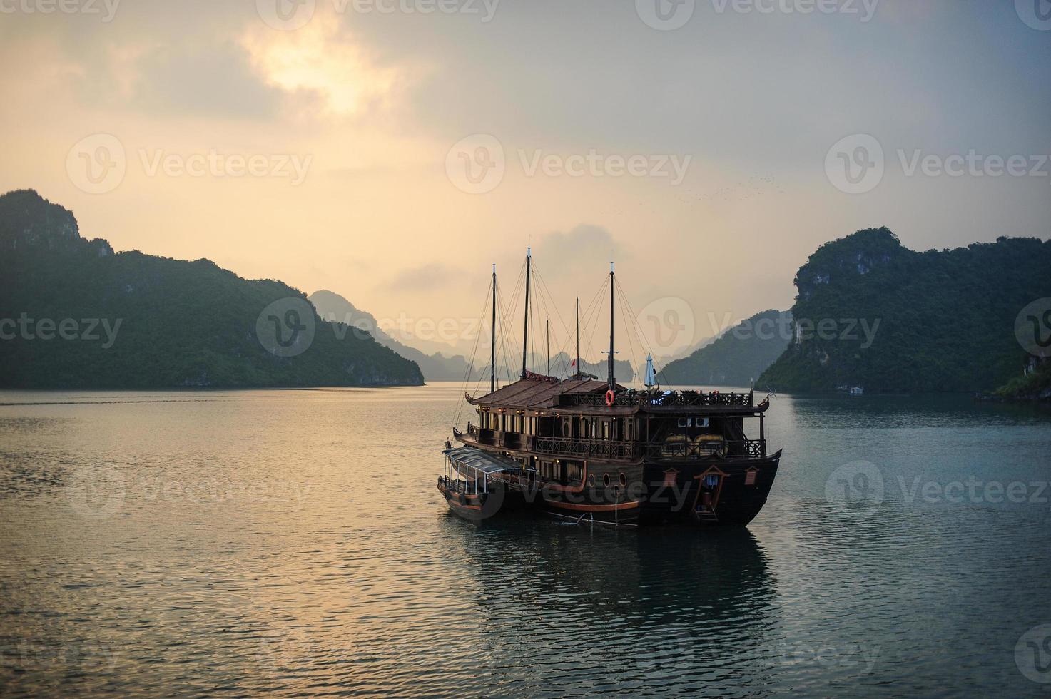 halong soluppgång och båt. foto