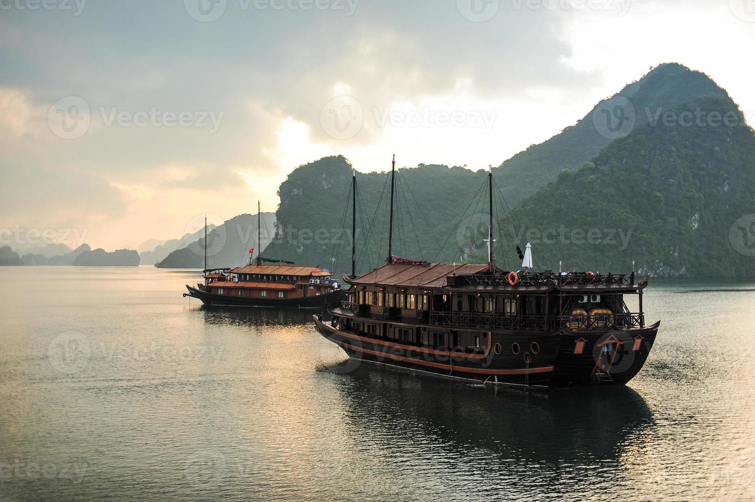 Halong Bay och båt. foto