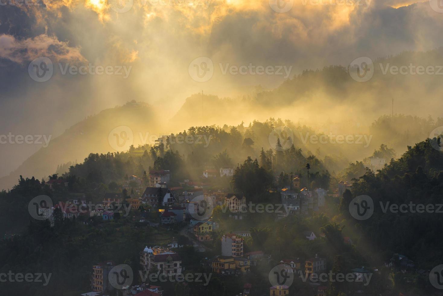 före solnedgången på sapa stad. lao cai vietnam foto