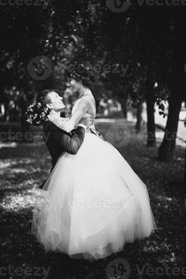 man och hustru på bröllopsdagen foto