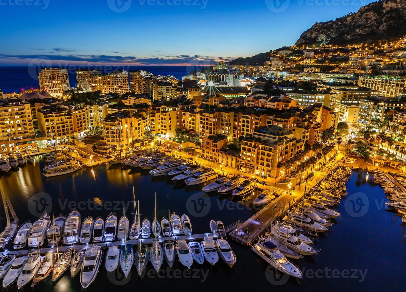 Flygfoto över fontvieille och Monaco hamn med lyxiga yachter foto