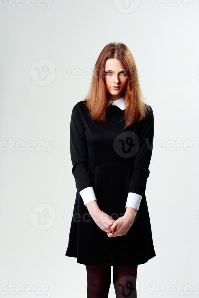 tankeväckande kvinna i svart klänning foto
