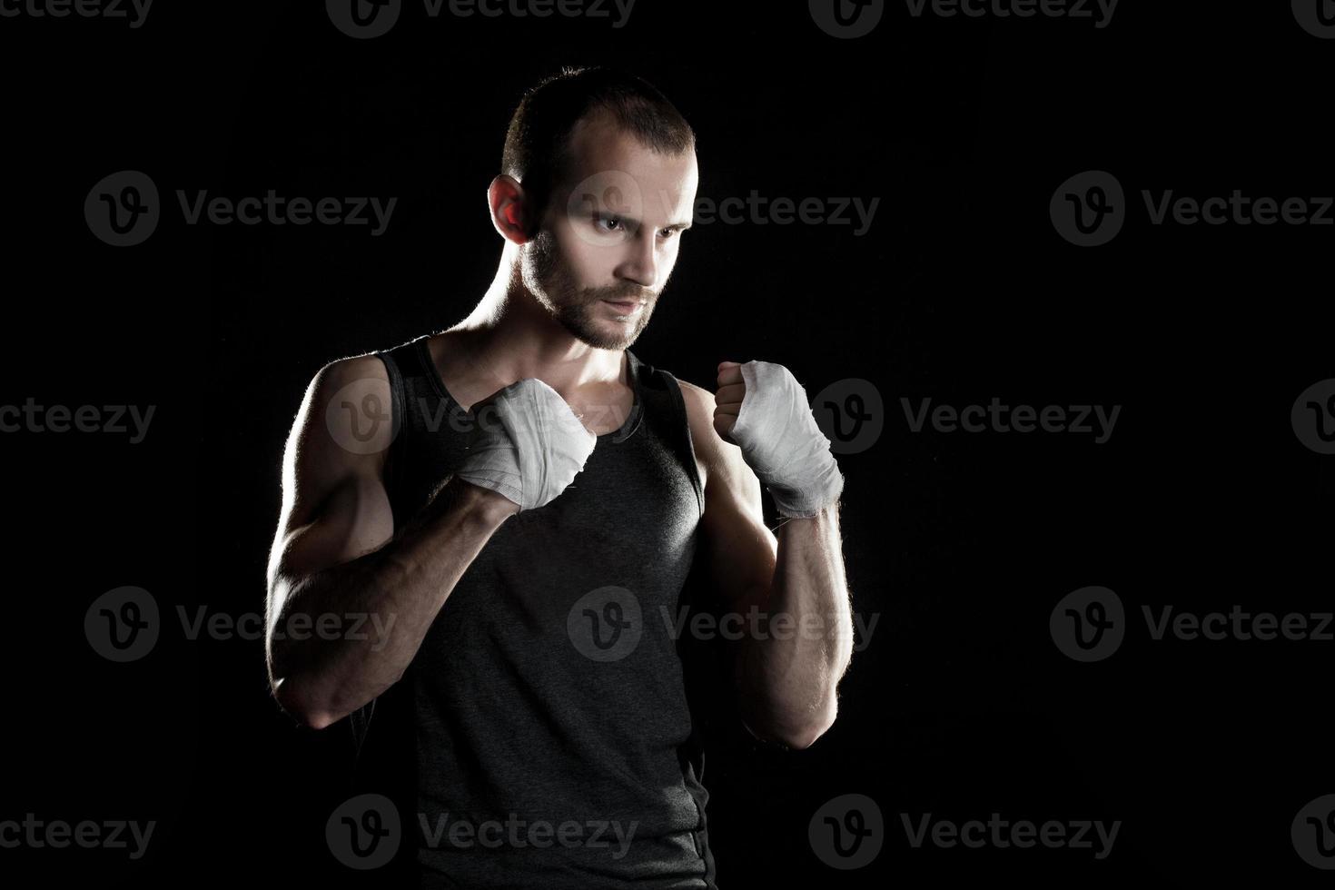 muskulös man, timmeboxare, svart bakgrund, horisontellt foto