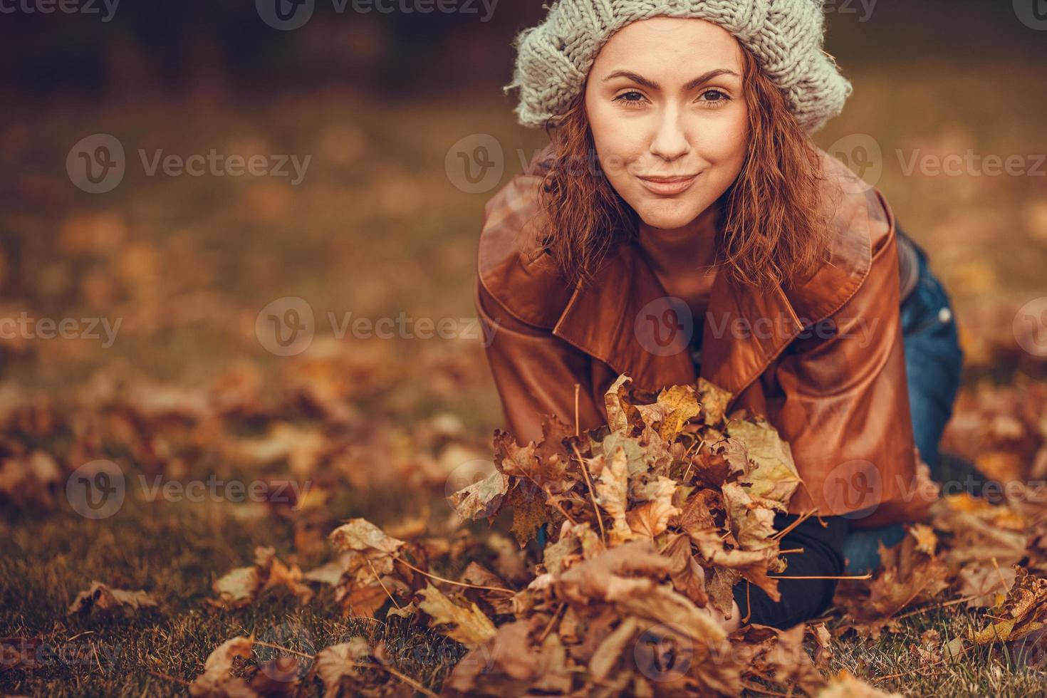flicka i höst park foto
