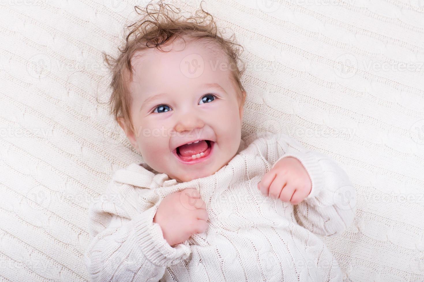 baby flicka på stickad filt foto