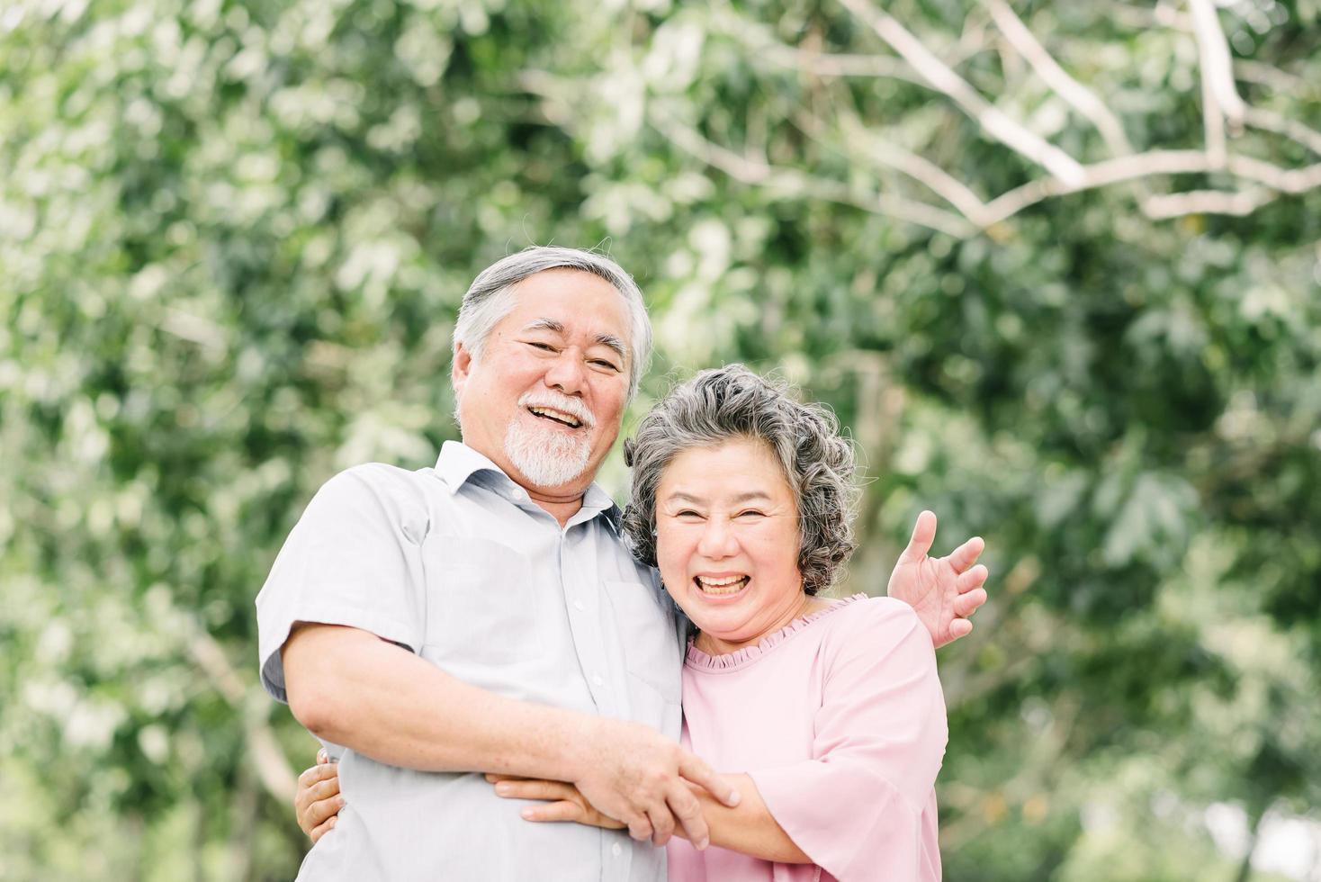 äldre par som omfamnar utanför foto