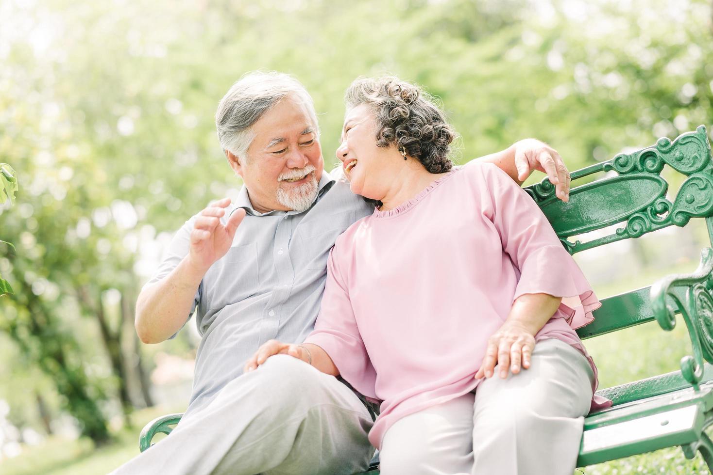 lyckliga äldre par som har god tid på parken foto
