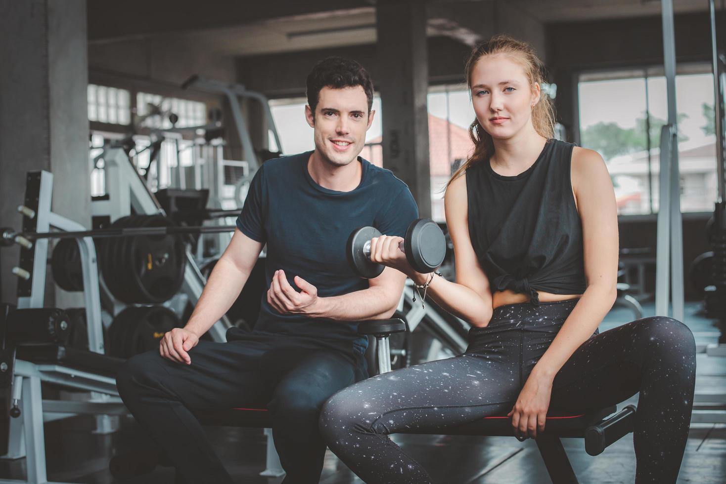 par som tränar tillsammans i gymmet foto