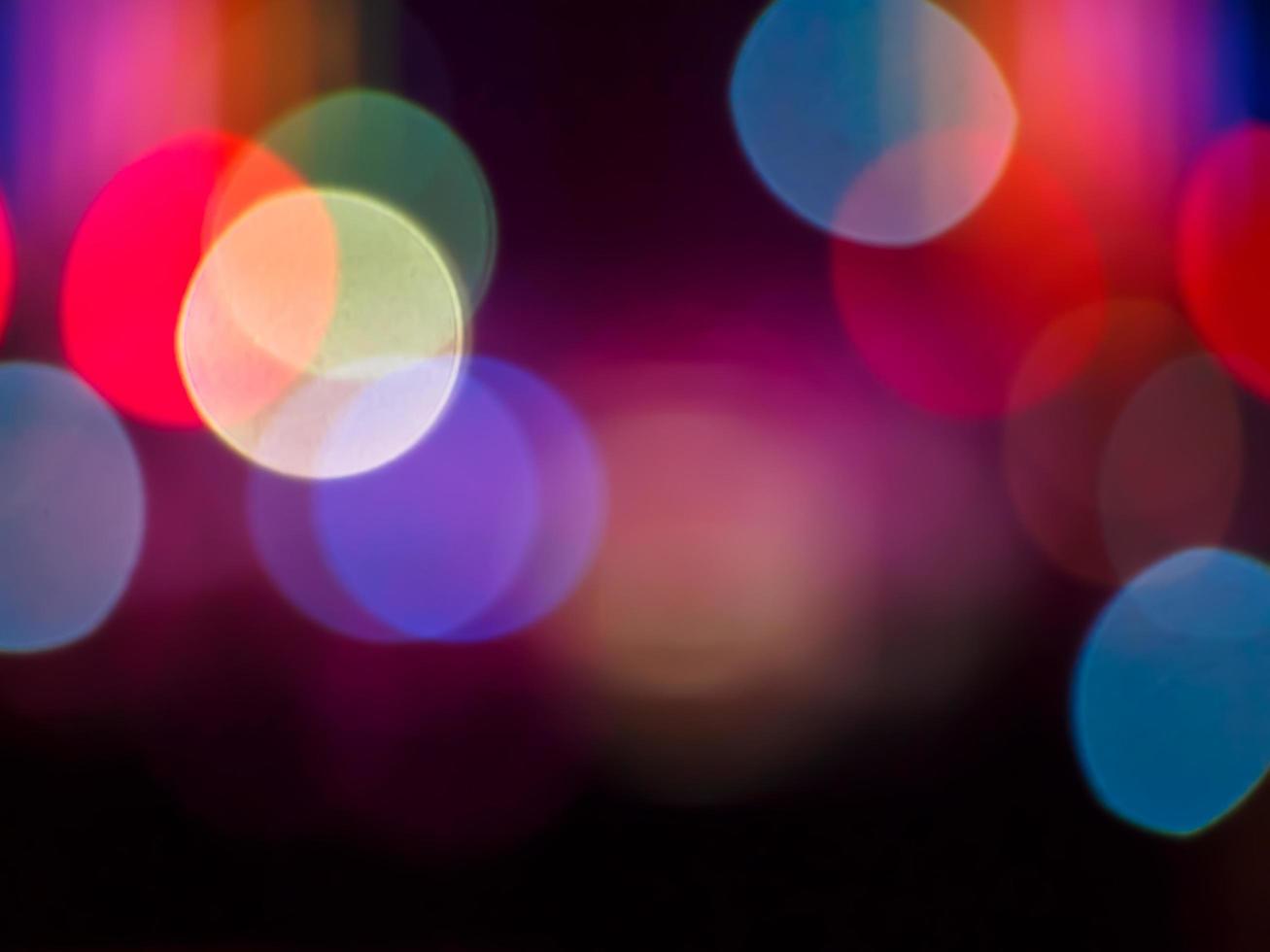 mjuka bokehljus på mörk bakgrund foto
