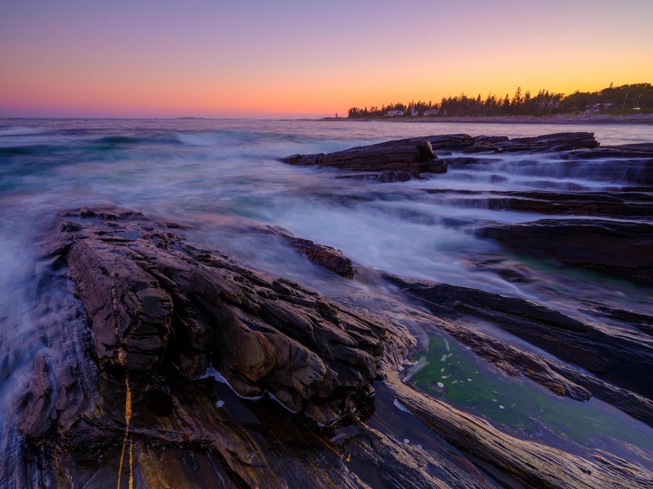 lång exponering av vågor på stenar foto