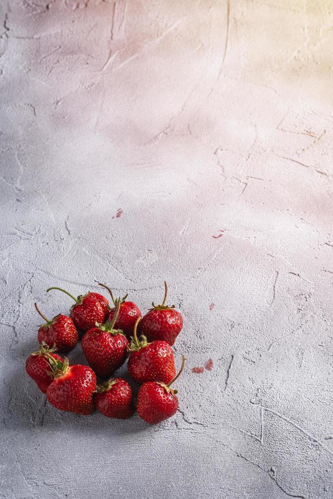 jordgubbar på grå stenbakgrund foto