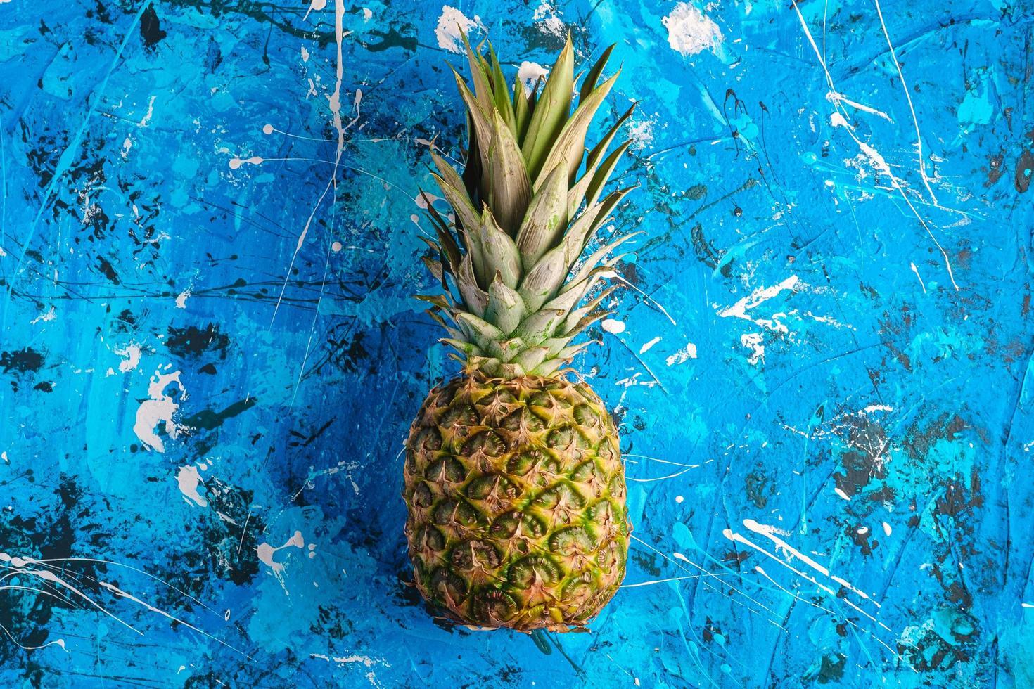 färsk söt ananas på blå texturerad bakgrund foto
