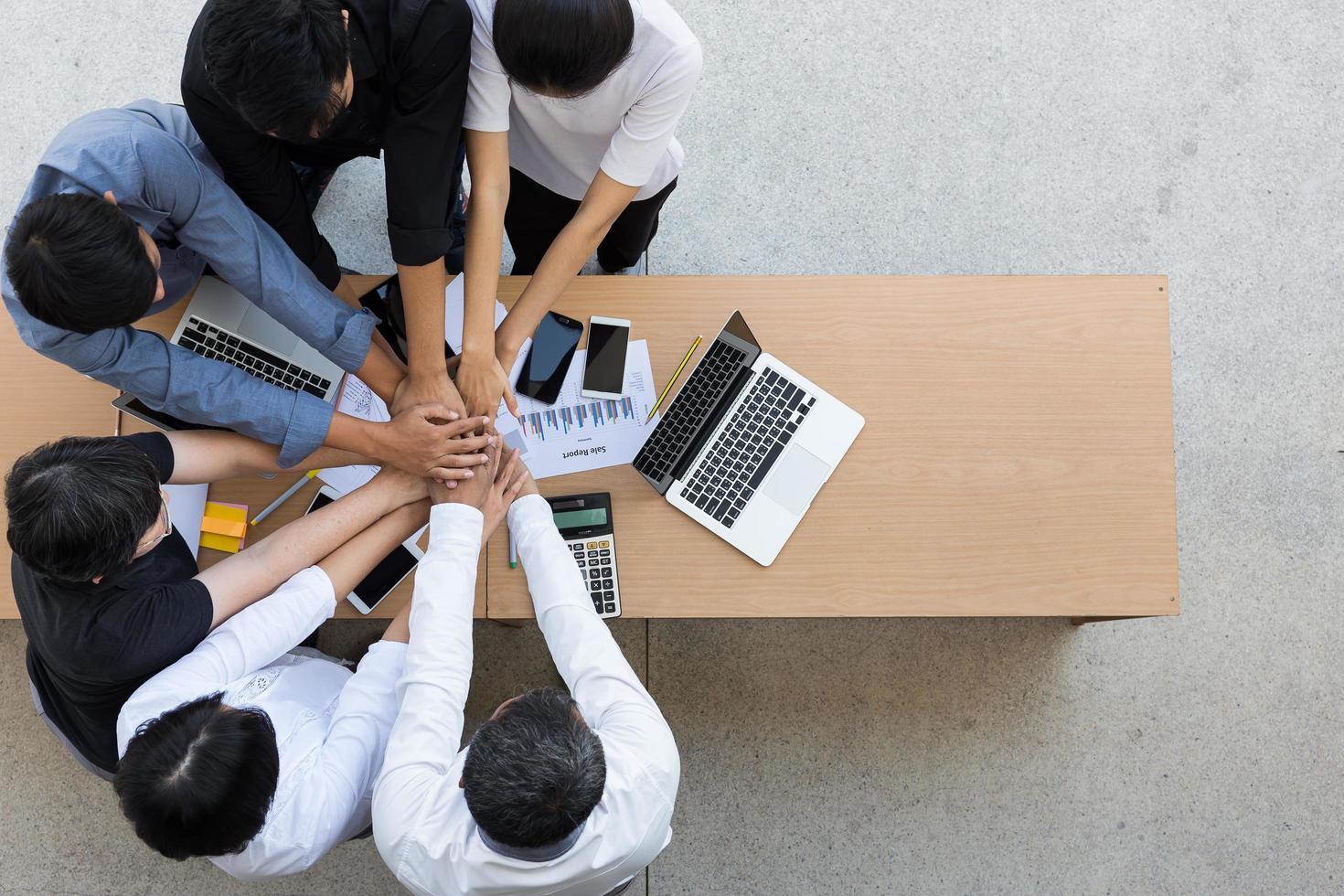 grupp affärsmän i ett samarbetsidé foto