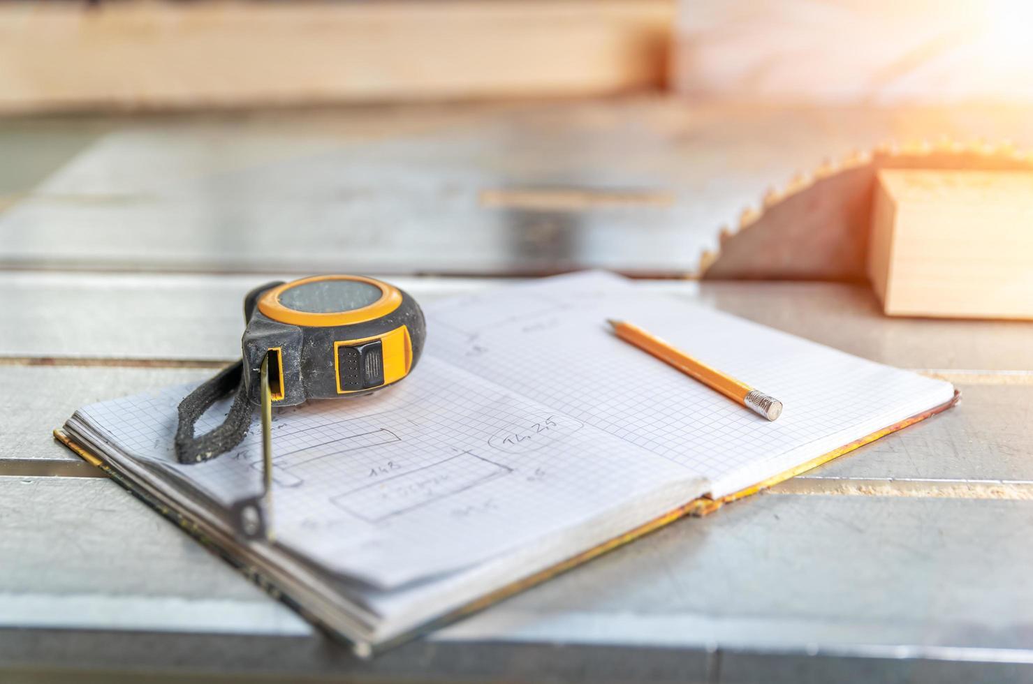 snickeriverktyg på en arbetsbänk foto