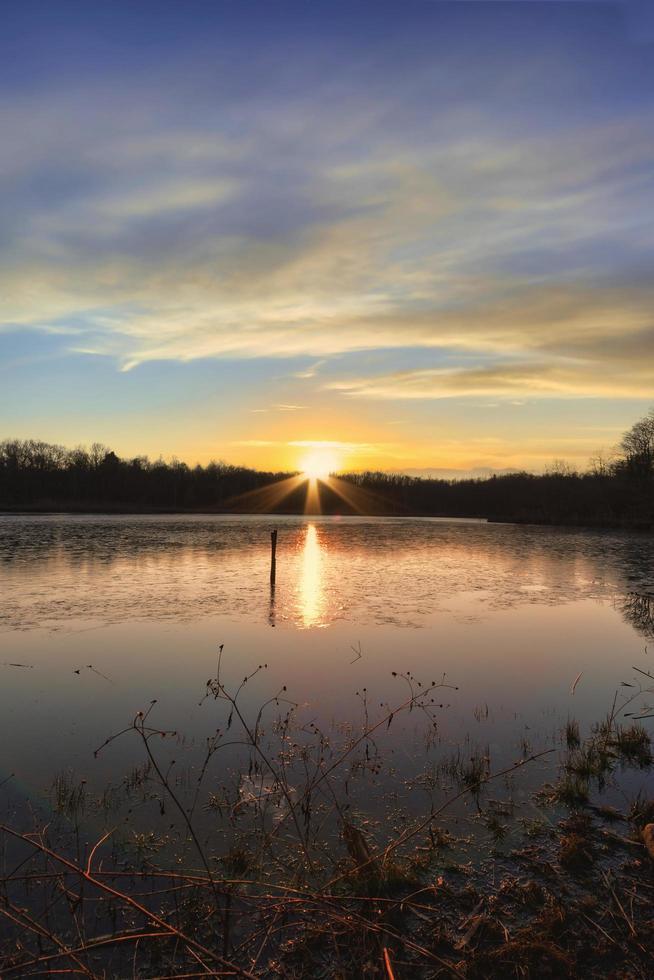 solnedgång på sjön på hösten foto
