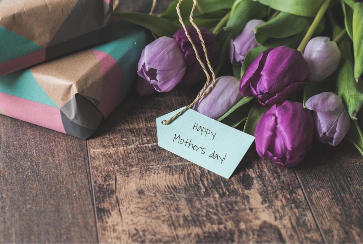 mors dag gåva och blommor foto