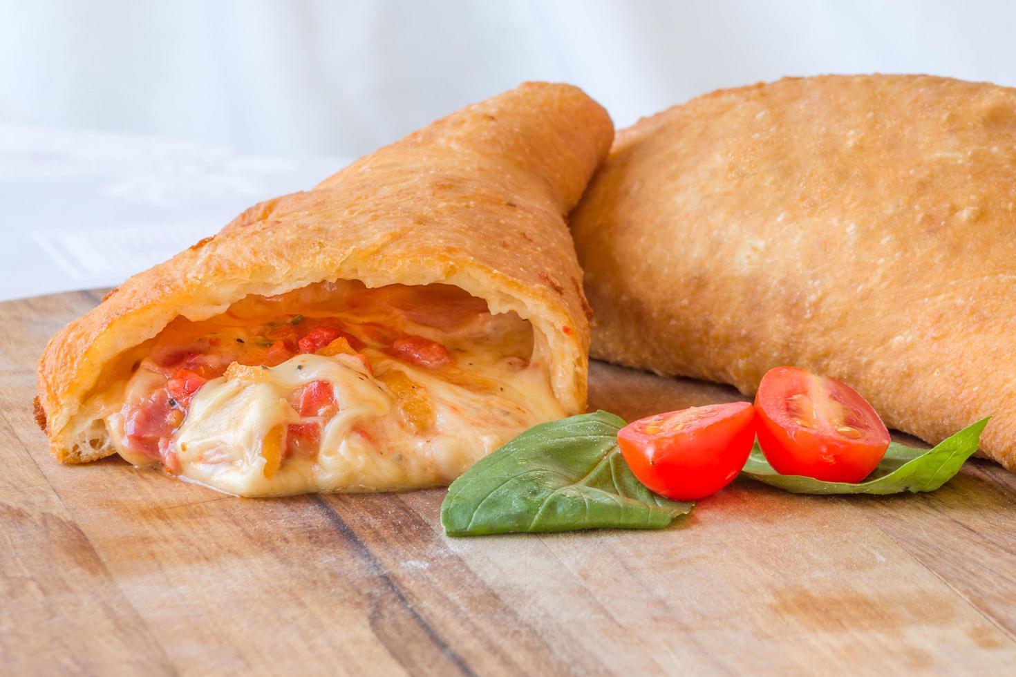 närbild av tomat och mozzarella panzerotti foto