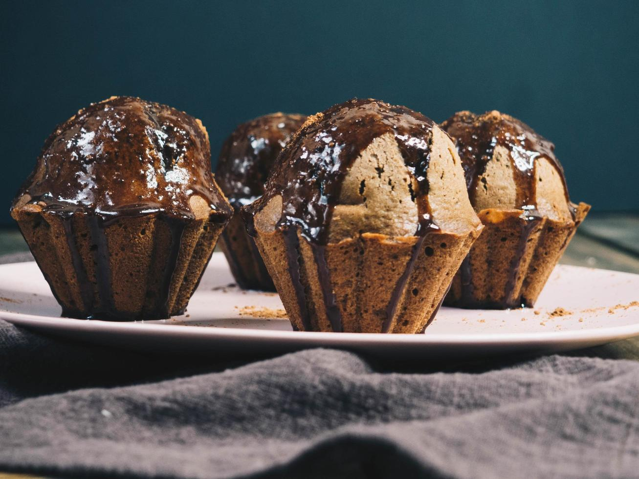 närbild av plattan med chokladmuffins foto
