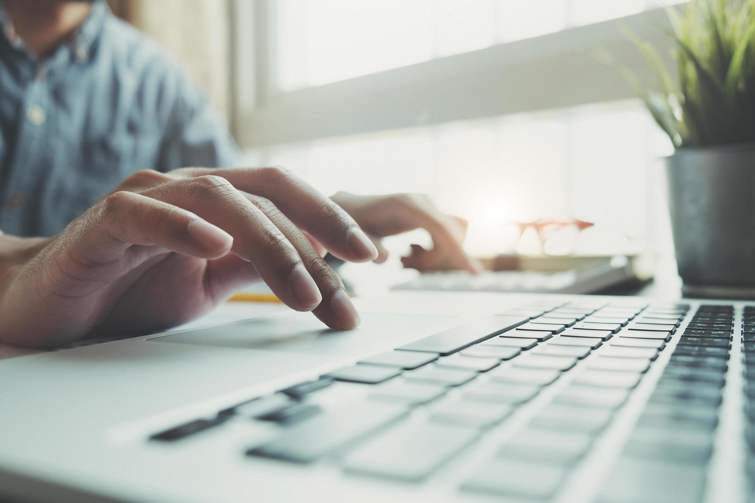 närbild av affärsman som använder bärbar dator foto