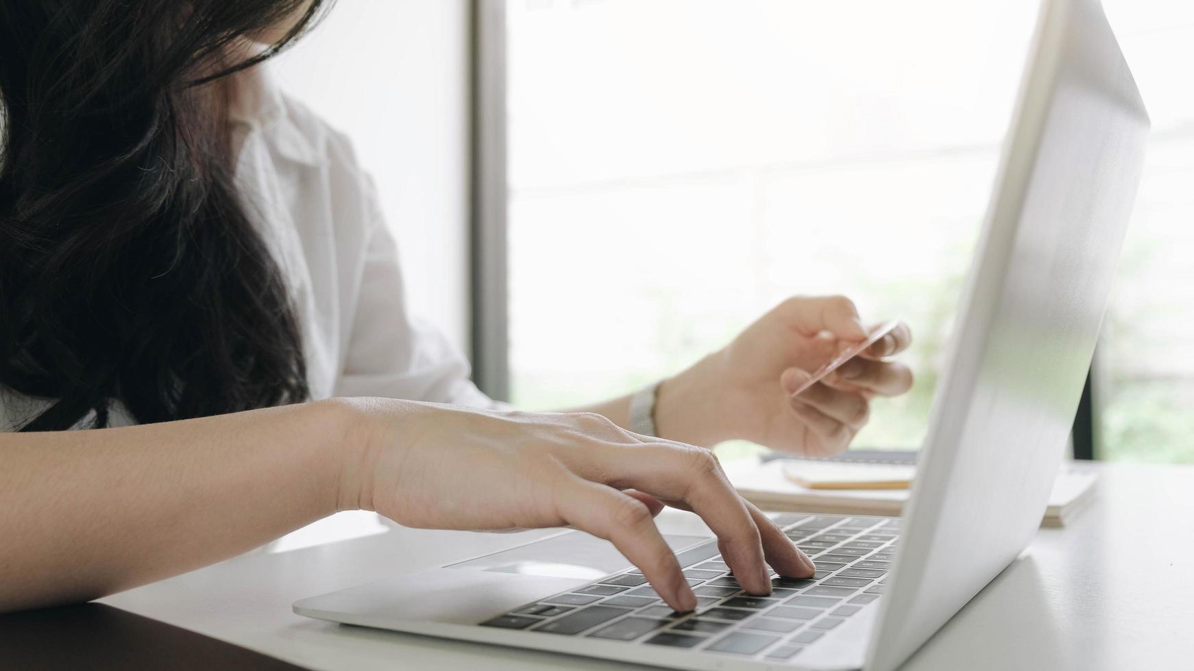 kvinna gör online beställning foto