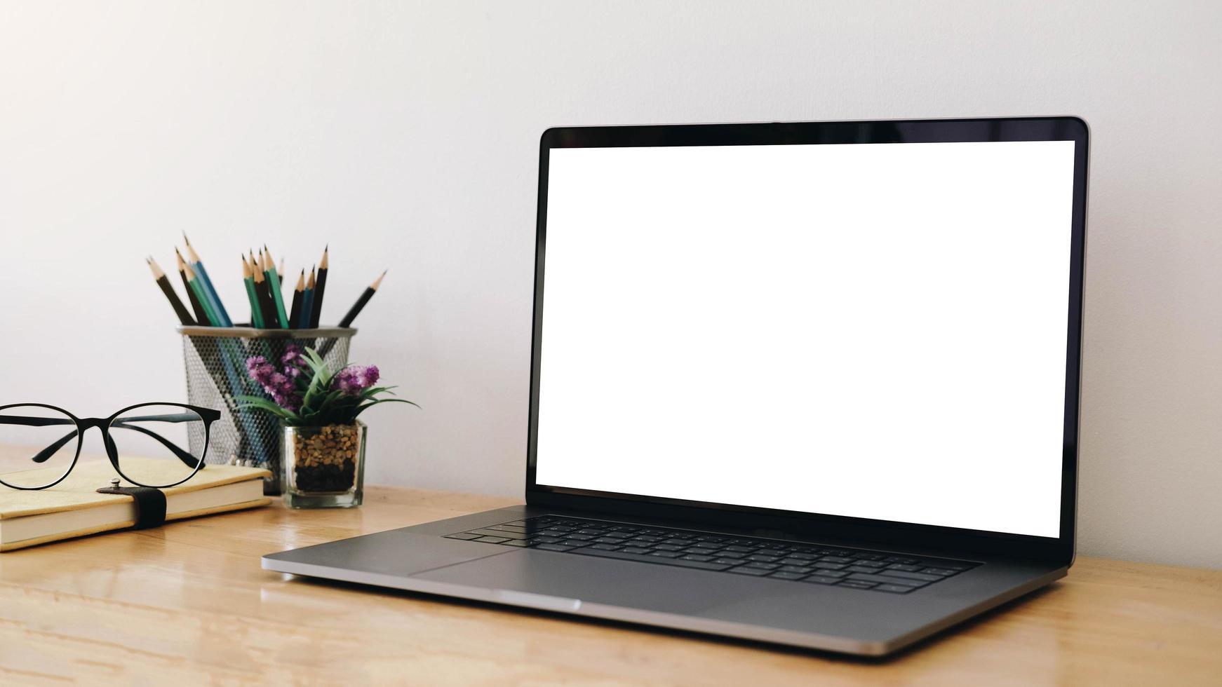 laptop-mock-up i hemmakontorsinställningen foto
