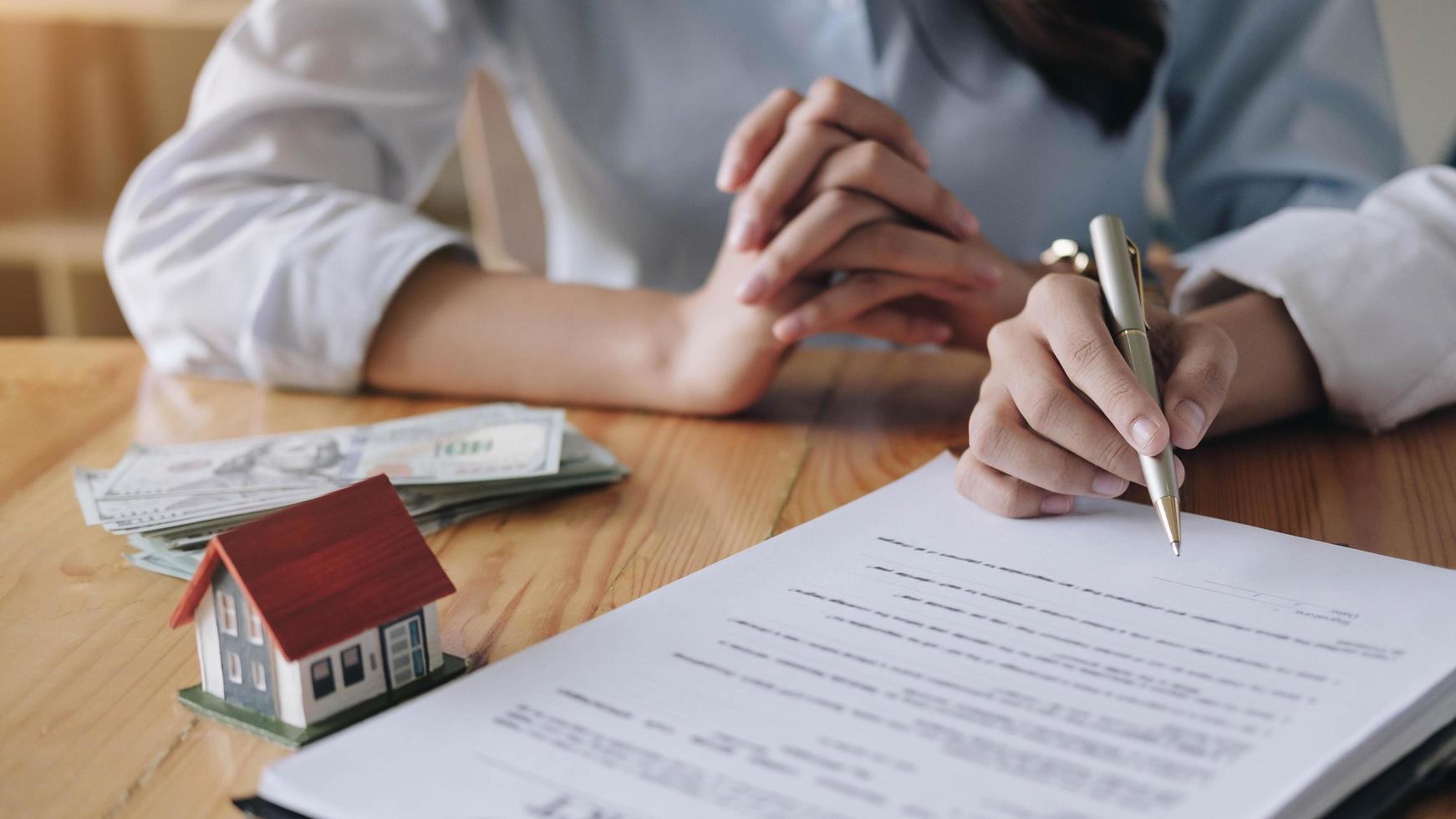 fastighetsmäklare och kund som tecknar kontrakt foto