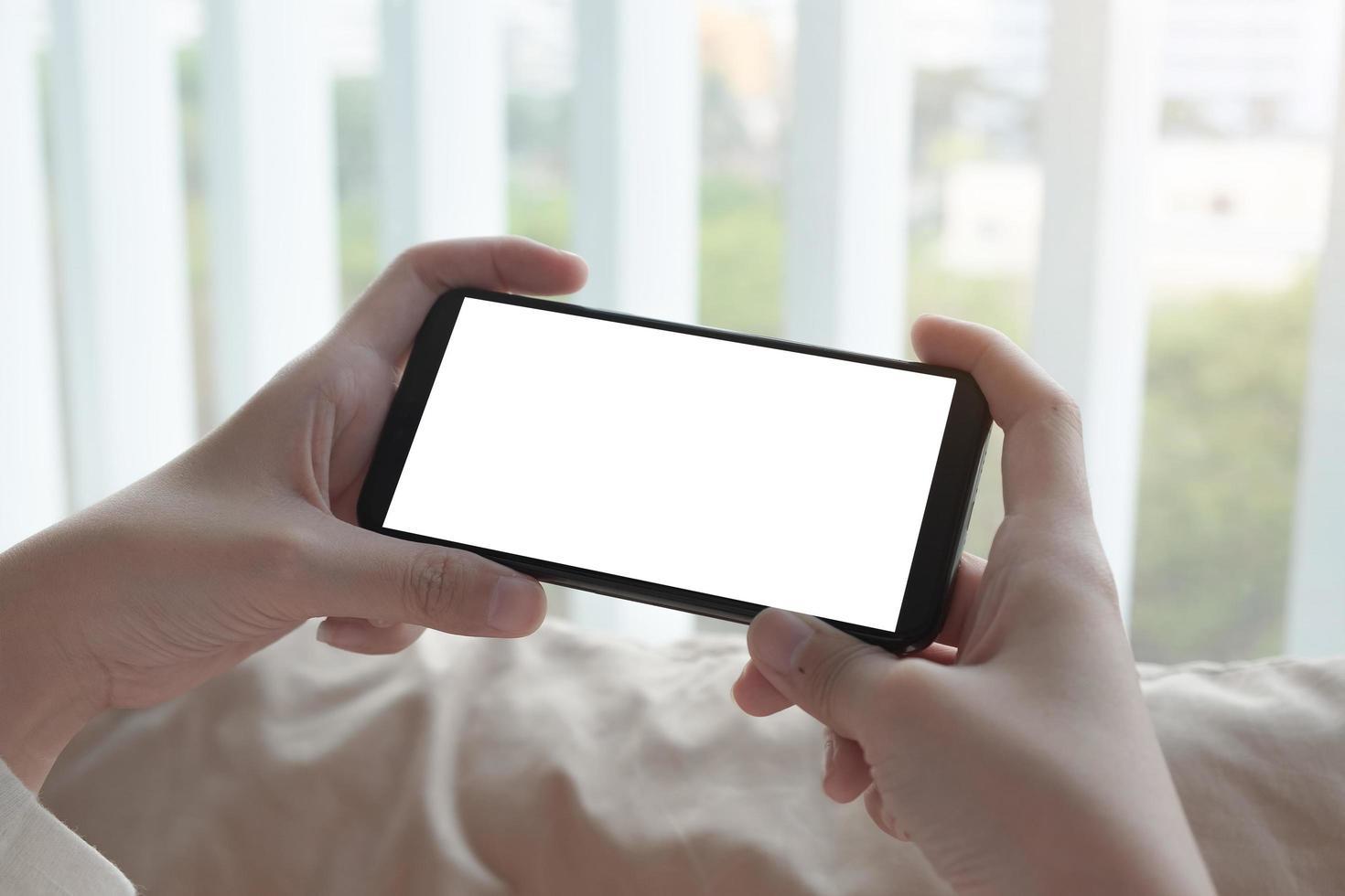 närbild av händer som håller telefonen foto