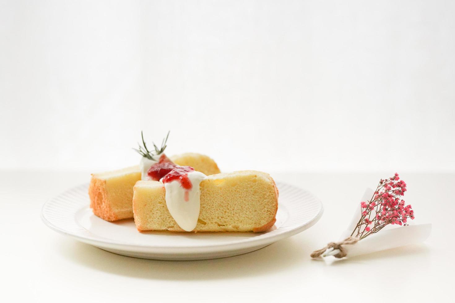 skivor av kakan på plattan med bär foto