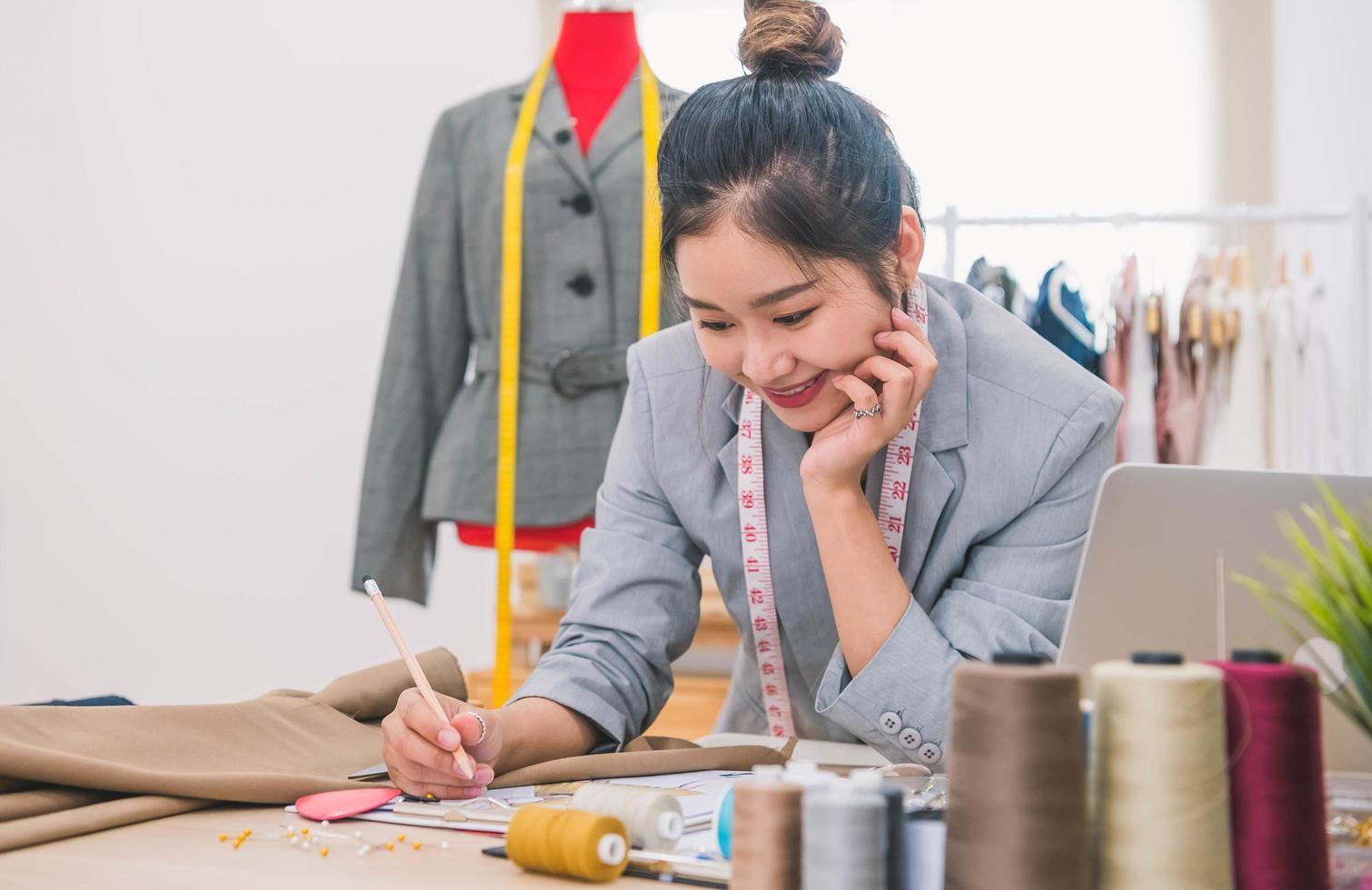 kvinna modedesigner arbetar med koncept foto
