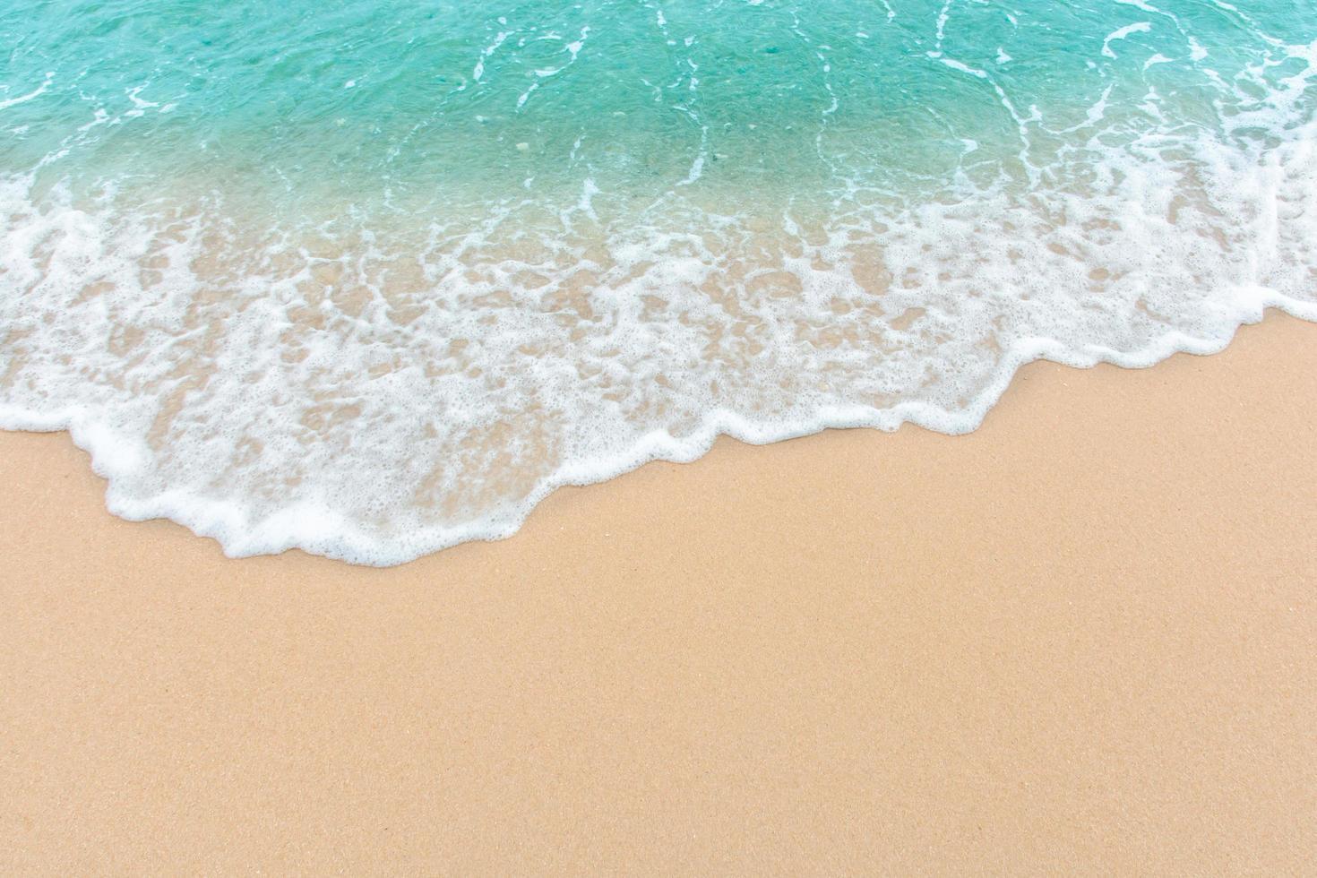 sommarstrandbegrepp av en havvåg på tom sandstrand foto