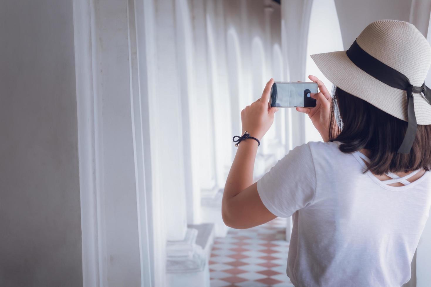 turist tar ett fotografi av arkitektur på semester foto