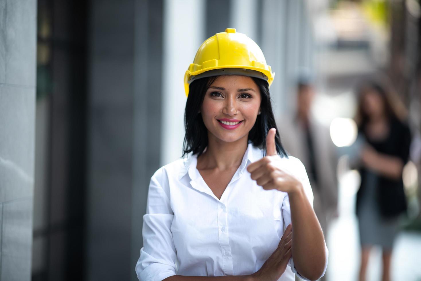 affärskvinna som ger tummen upp foto